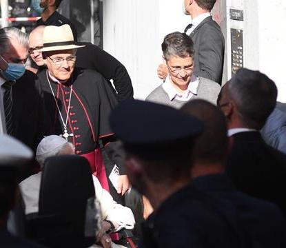 Screenshot_2020-06-21 Benedikt XVI wird zu Georg eskortiert